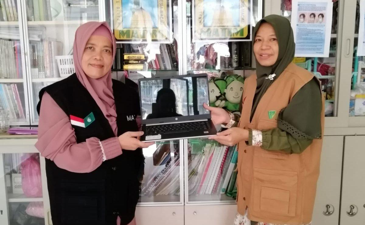 Dompet Dhuafa Hong Kong memberikan bantuan berupa 1 unit laptop kepada Matim untuk mendukung kegiatan belajar komputer pekerja migran Indonesia di Macau