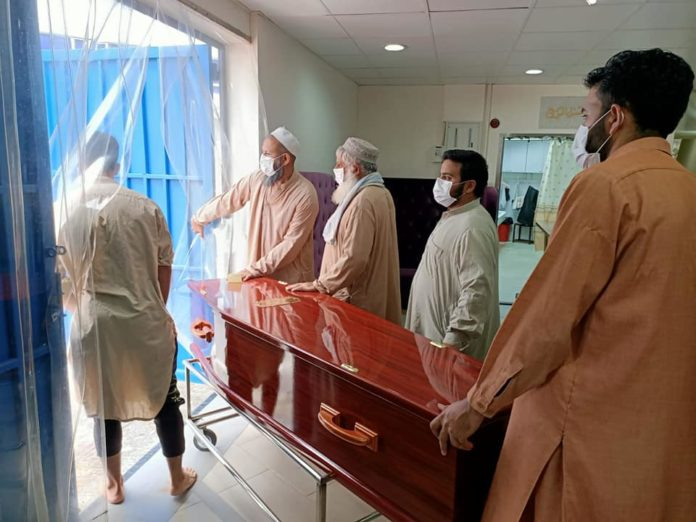 Jenazah usai dishalatkan di kompleks pemakaman Muslim di Happy Valley