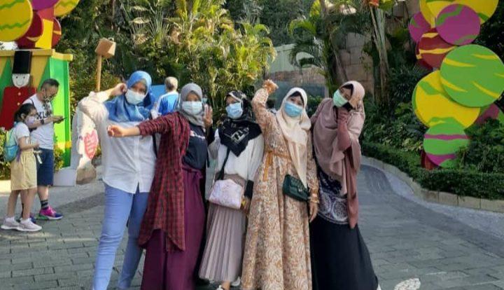 Enam pekerja migran Indonesia di Hong Kong berwisata gratis ke Ocean Park. Mereka berulang tahun di periode Februari-September, saat Ocean Park ditutup sementara karena pandemi Covid-19.