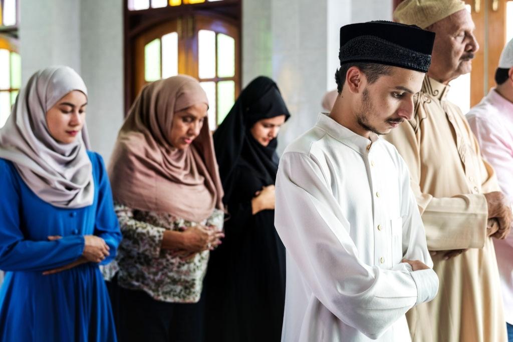 Shalat di Tempat Ada Simbol Agama Lain