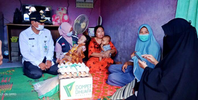 Camat Lenek, H. Supriadin, M.Pd., turut mendampingi relawan DDHK saat pemberian santunan untuk para lansia dan anak-anak dengan disabilitas di Lombok Timur, NTB.
