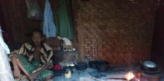 Di Usianya yang Renta, Kayub Rawat Istrinya Seorang Diri di Gubuk Reyot (1)