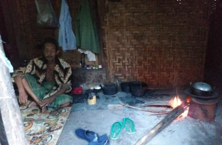 At his vulnerable age, Kayub takes care of his wife alone in a rickety hut (1)