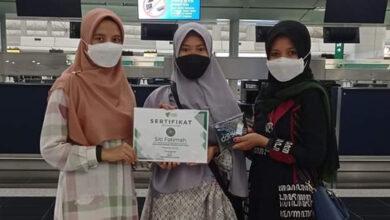 Siti Fatimah (tengah) saat diantar ke Bandara Hong Kong untuk terbang ke Indonesia.