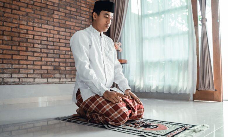Sifat Shalat Nabi: Membaca Tasyahud Akhir (10)